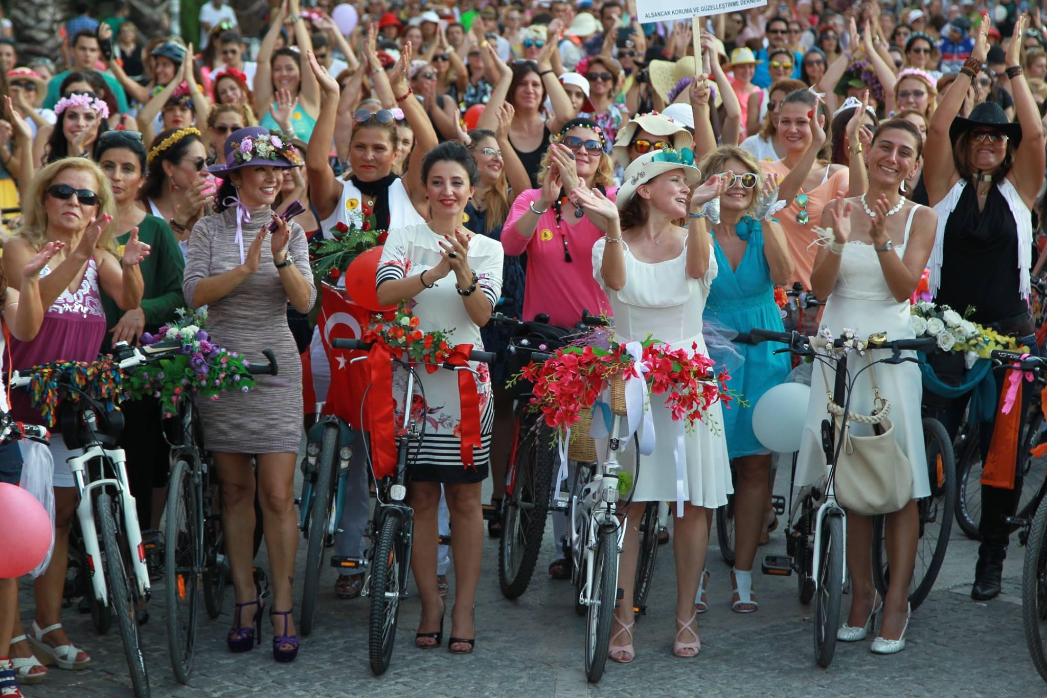 İzmir'de Süslü Kadınlar Bisiklet Turu heyecanı