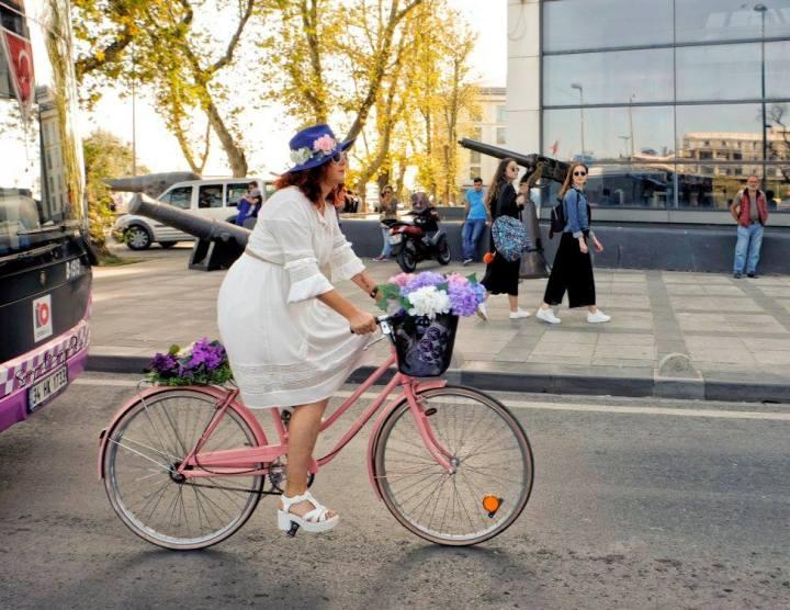 istanbul bisikletli kadin